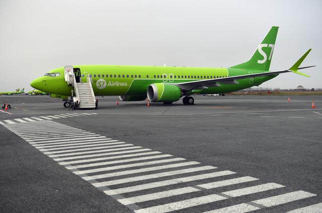Самолет Boeing 737 MAX 8 авиакомпании S7 (Сибирь) на перроне аэропорта Толмачево в Новосибирске.