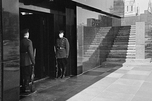 Почетный караул у входа в Мавзолей, 1945 г.