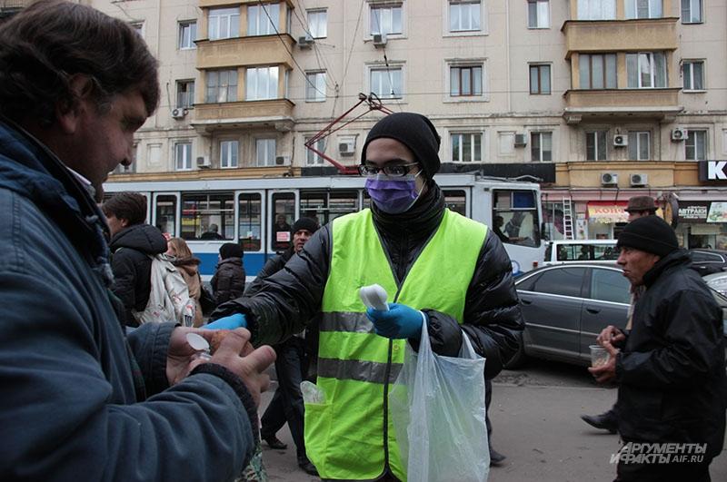 Студент-волонтёр Сергей помогает кормить отверженных на Павелецком вокзале
