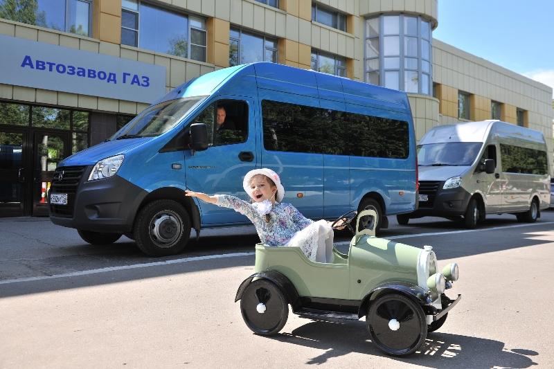 Через стартовую арку проехал и детский педальный автомобиль – игрушечная копия ГАЗ-А, выпущенная на заводе в 1934 году.