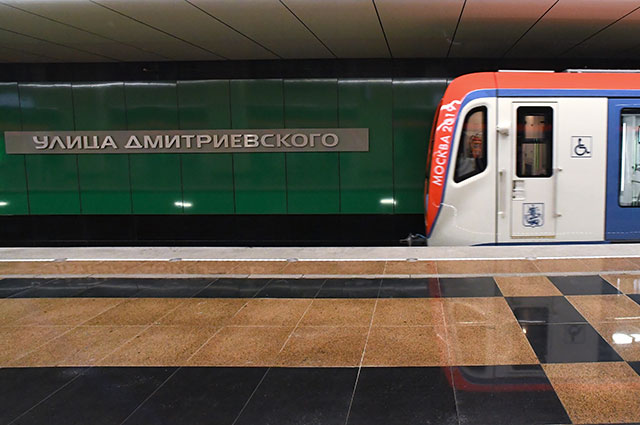 Поезд настанции метро «Улица Дмитриевского» Некрасовской линии.