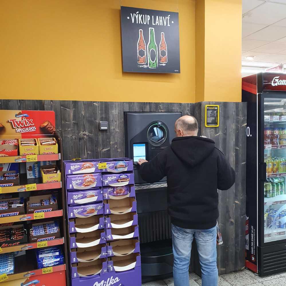В чешских магазинах можно сдавать пустые бутылки, чтобы сэкономить.
