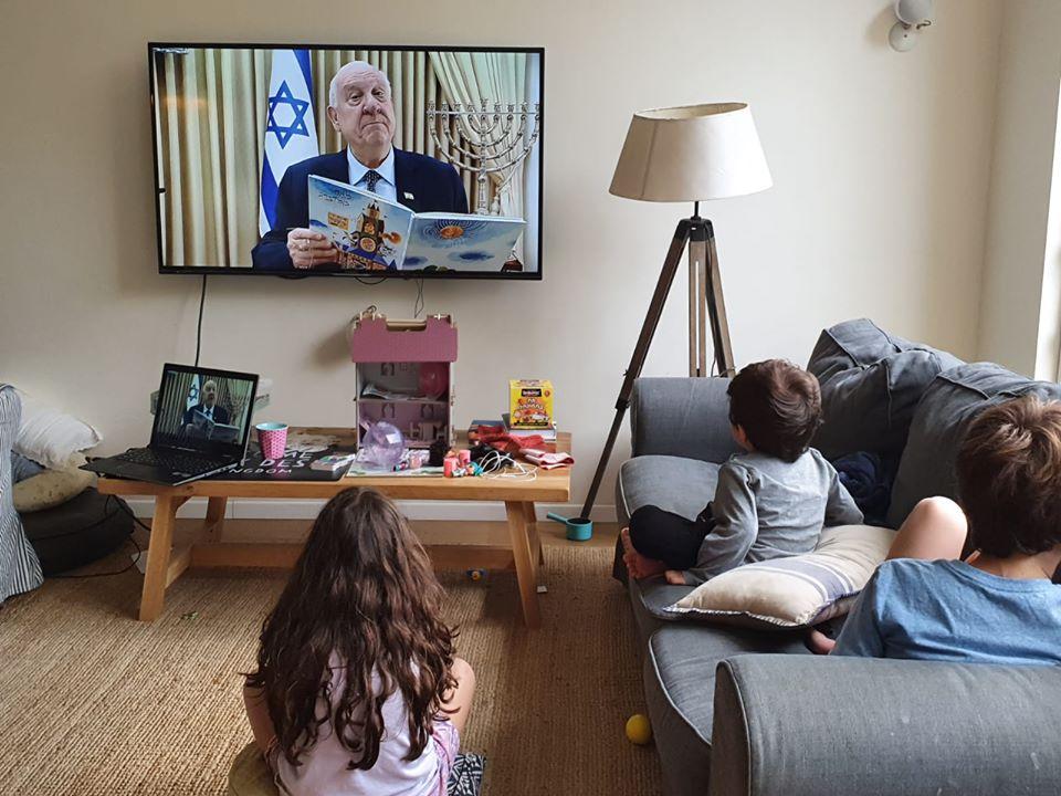 Президент Израиля Реувен Ривлин в прямом эфире читает детям сказки, чтобы взрослые могли в это время передохнуть.