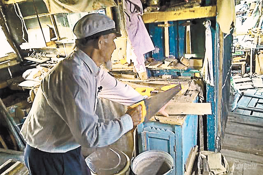 Рафкат Ахкямович всё делает сам. Колет дрова, мастерит мебель, готовит, стирает.