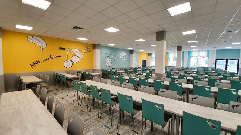 Школьная столовая рассчитана на 600 человек.