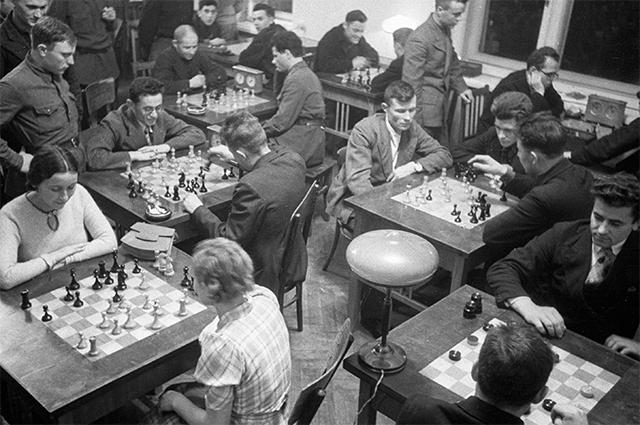 Рабочие Магнитогорского металлургического комбината играют в шахматы. 1937 год.