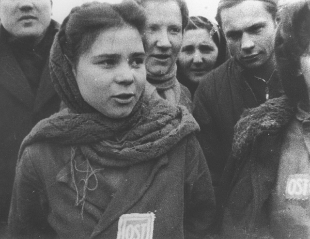 Русская девушка-остарбайтер с нашивкой «OST», освобожденная из лагеря содержания под Лодзью (Польша).