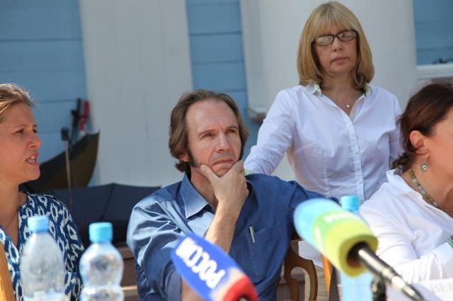 В съемках фильма Веры Глаголевой «Две женщины», проходивших в смоленской глубинке, принимал участие Рейф Файнс.