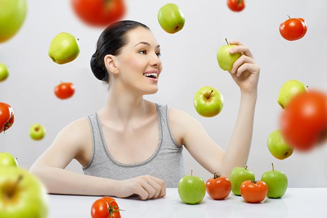 Улыбающаяся девушка и овощи и фрукты