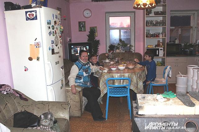 В селе Ольга Евгеньевна живёт с внуками.