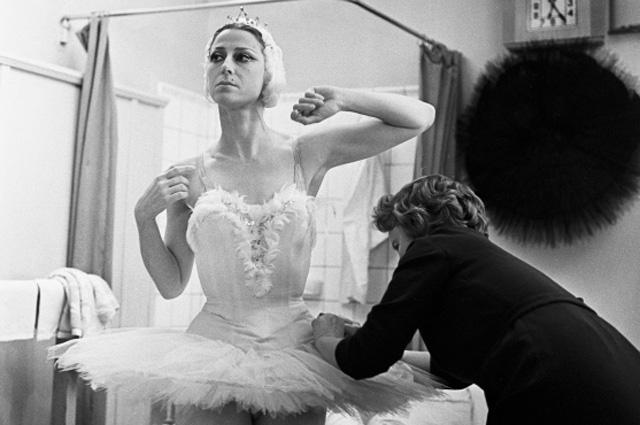 Народная артистка СССР Майя Плисецкая перед началом спектакля. 1965 год
