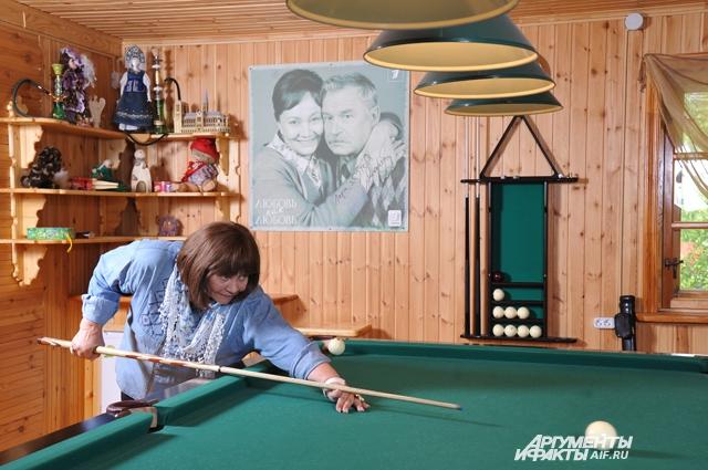 Мастер-класс игры в бильярд актрисе преподал сам Классик – Сергей Никоненко.