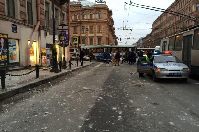 В историческом центре Петербурга часто падает лепнина.