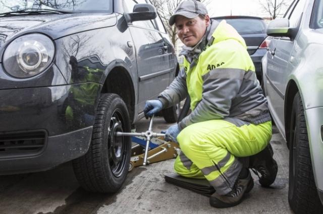 Замена резины - одно из основных правил подготовки автомобиля к зиме.