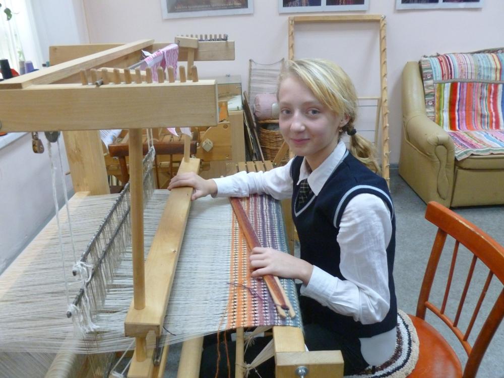 Школьницы занимаются ткачеством даже на переменах между уроками.