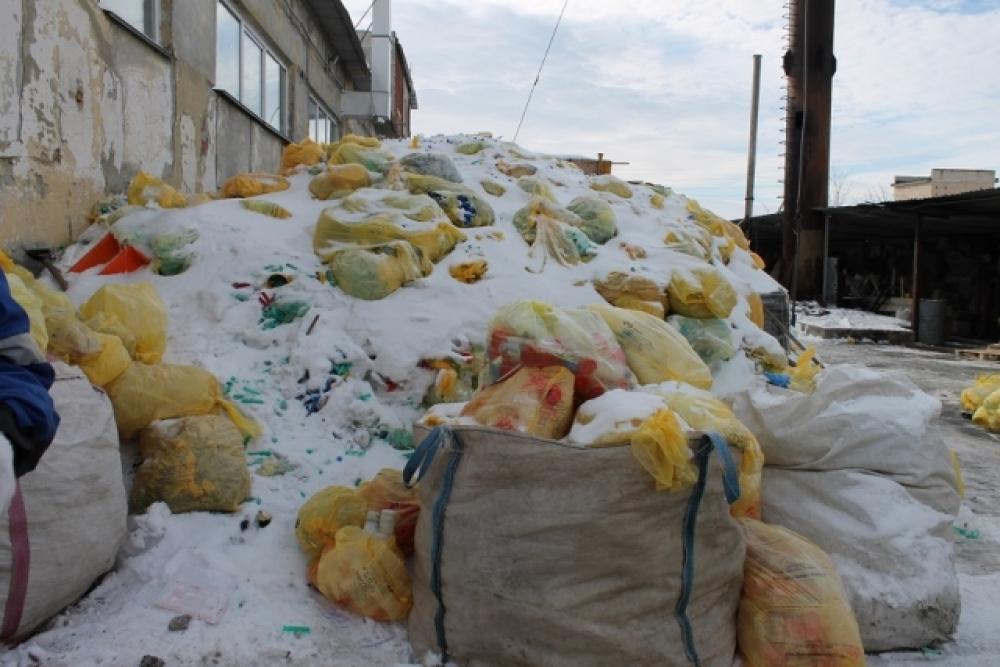 Опасные отходы складировали под открытым небом.