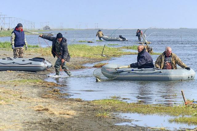Рыбалка на стояки не обходится без помощи соседей.