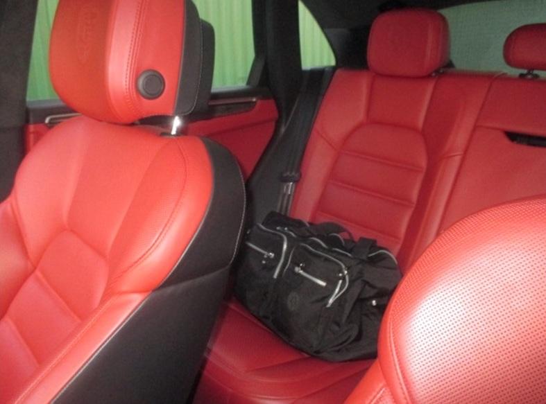 Спортивная сумка Александра Заварзина на заднем сиденье автомобиля.
