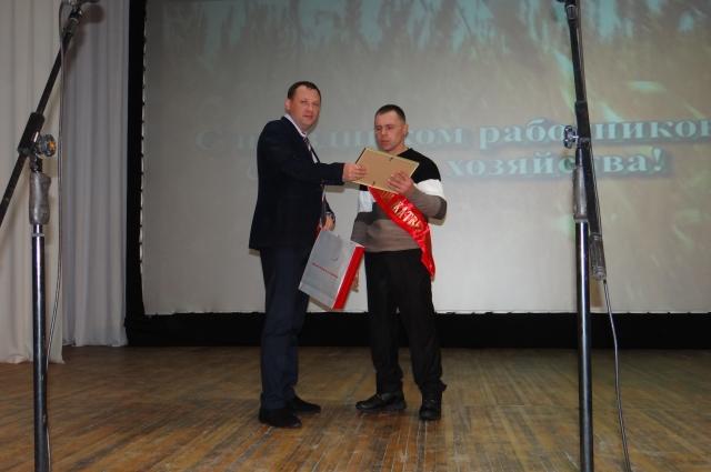 Руководитель отдела продаж полнокомплектной техники Вадим Соловьёв награждает Виктора Бобылева.