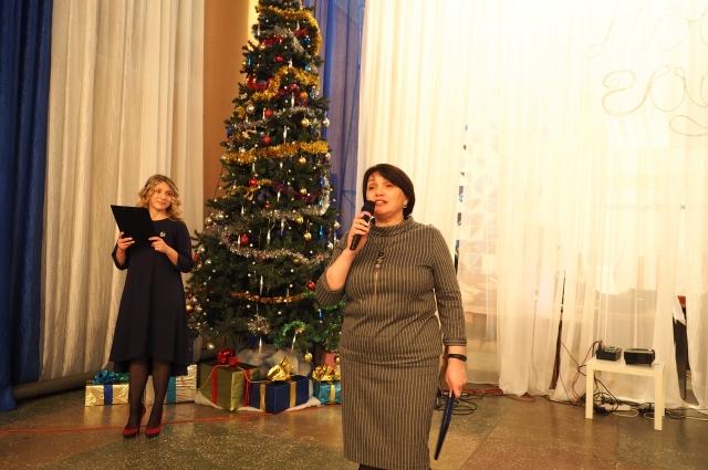 «Надеюсь, ваш тёплый дом всегда будет оставаться очагом культуры», – сказала зам. директора по персоналу ПЦБК Ольга Хлебникова.