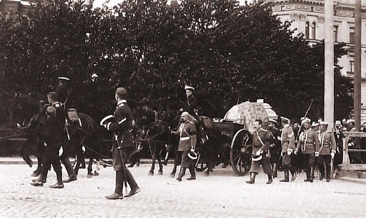 Траурная процессия с телом Бобрикова перед Успенским собором в Хельсинки.