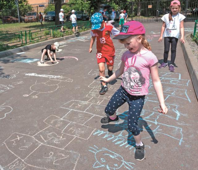 Помимо рисунков на асфальте и игры в классики в городе есть много вариантов летнего отдыха.