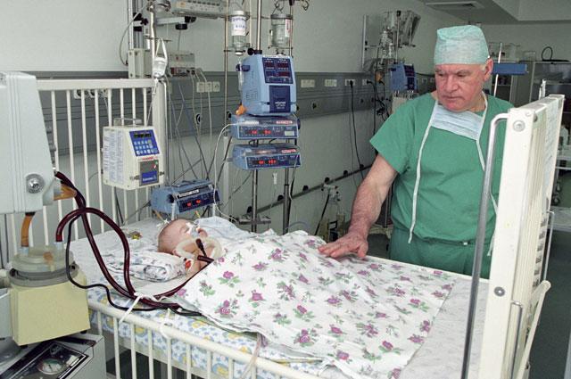 Академик РАМН Лео Бокерия у постели маленького пациента, перенесшего операцию на сердце.