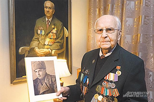 Иван Мартынушкин сегодняшний со своим портретом военных лет.