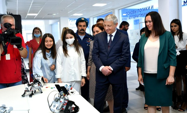 Открытие нового здания гимназии «Диалог» посетил глава республики Вячеслав Битаров.