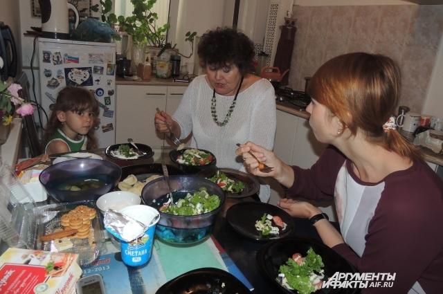 На обед у турагентов вареники и овощной салат