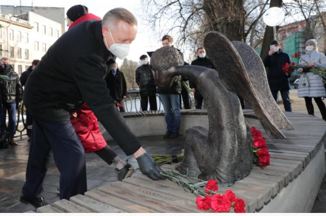 Александр Беглов возложил цветы к памятнику.