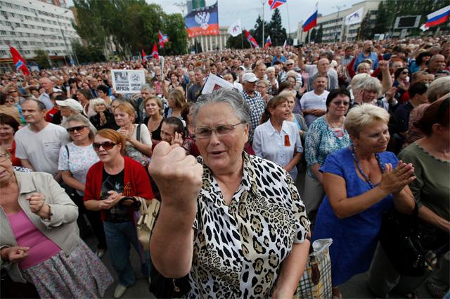 Более 3 тыс. человек собрались 6 июля на площади Ленина в центре Донецка на митинг в поддержку самопровозглашённой Донецкой народной республики (ДНР). Фото