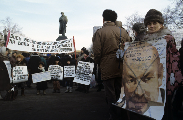 10.12.1990. Манифестанты на Пушкинской площади во время массовых акций в День защиты прав человека