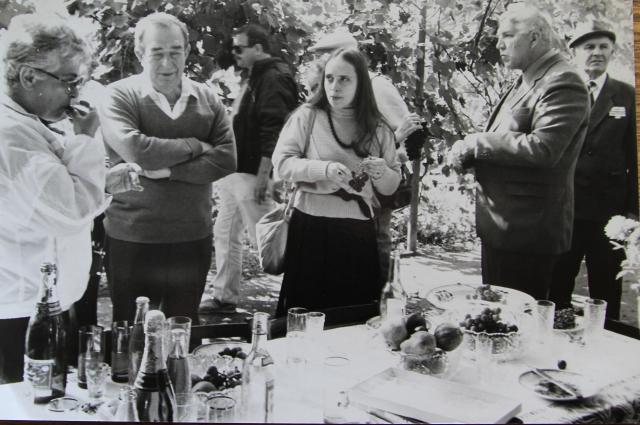 Столы ломились от угощений, иностранцы пиво не трогали, пили водку, переводчик Марина посредине.