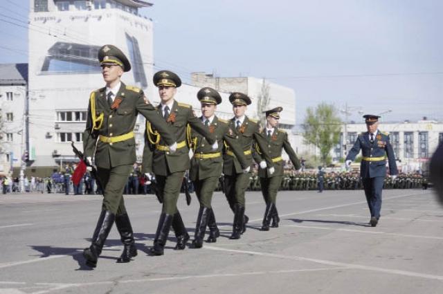 Парад начался с выноса Государственного Флага РФ и Знамени Победы.
