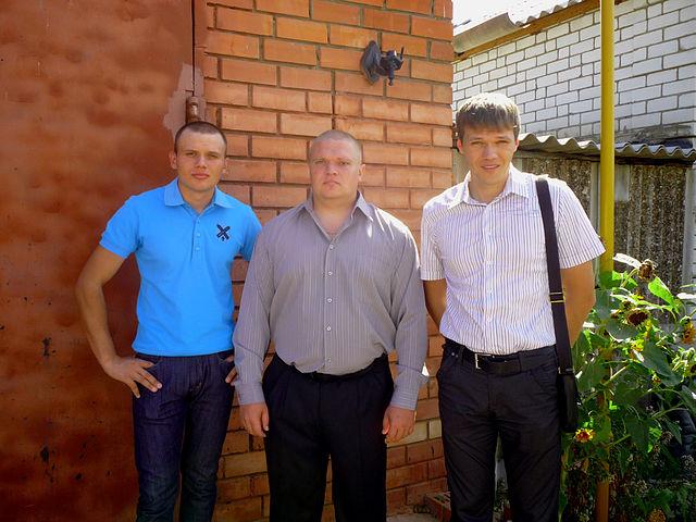 Было у матери три сына. Один из них герой . Подписал это фото на своей странице в социальной сети Сергей Маковкин (Дмитрий на фото справа)