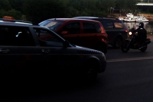 Машины на темной улице