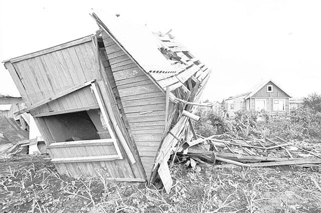 В дачном поселке, домики летали как игрушки.