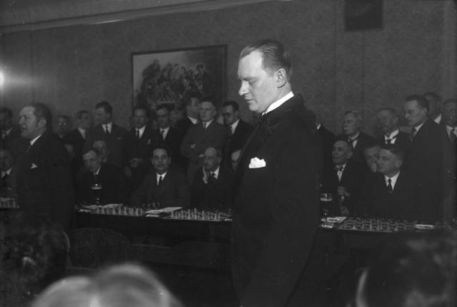 Алехин даёт сеанс одновременной игры в Берлине (1930)