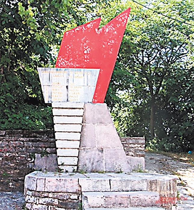 У памятников партизанам больше нет цветов.