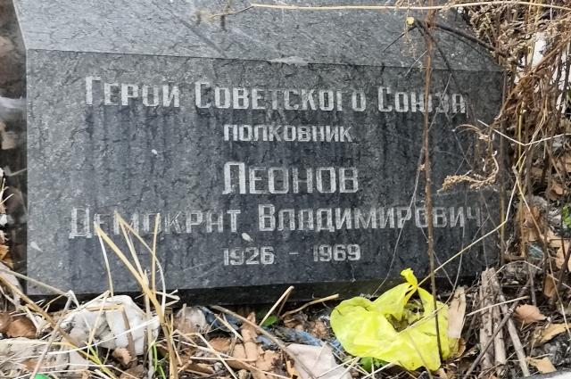 Надгробия на свалке