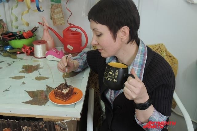 Виктория на работе иногда балует себя тортом
