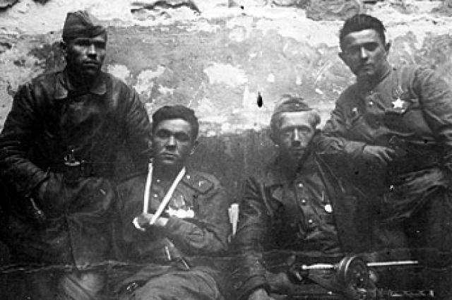 Четверка воинов, первыми водрузивших Знамя Победы над Рехстагом (слева направо: сержант М.П. Минин, старший сержант Г.К. Загитов, А.П., Бобров, А.Ф. Лисименко). У стен гитлеровской цитадели, утро 1 мая 1945 года.