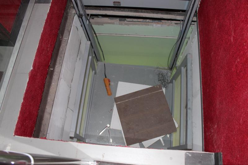Подъёмник застрял между этажами, а его конструкции пришли в негодность.