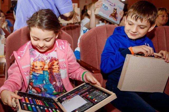 Дети были рады подаркам.