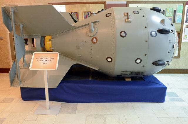 Первая советская атомная бомба РДС-1 в музее Российского федерального ядерного центра – Всероссийского научно-исследовательского института экспериментальной физики (РФЯЦ-ВНИИЭФ) в Сарове.