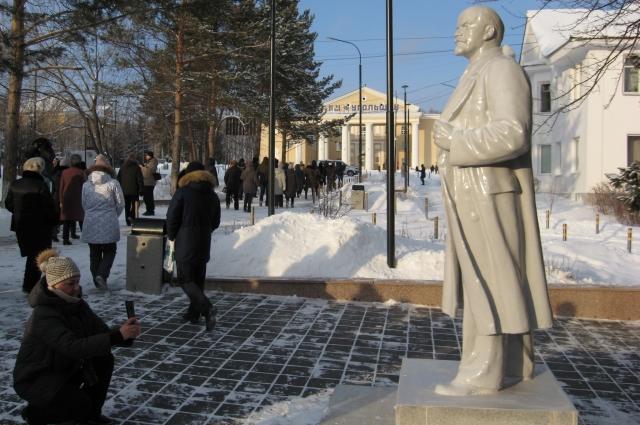 Памятник Ленину стоит перед новым пантеоном - жители Бородина считают. что он тоже интересен в том числе с точки зрения искусства.