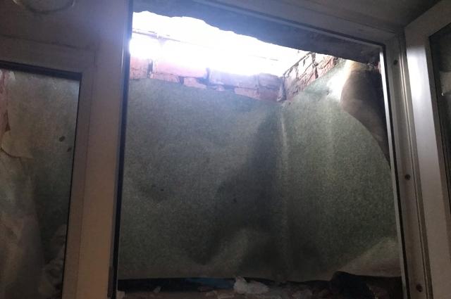 В помещение все окна подвального типа. Каждое открывается, решёток наверху нет.