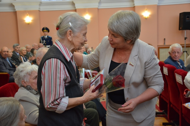 Ольга Березнева поблагодарила ветеранов за их вклад в Победу от депутатов городского Совета.