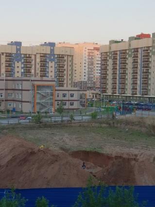 Настоящая война за земельный участок разгорелась в жилом районе Покровский в Красноярске.